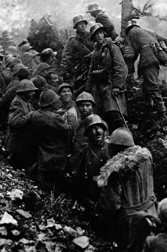 Caporetto 1917 soldati italiani catturati da soldati tedeschi nelle trincee RareHistoricalPhotos.com .jpg